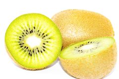 Frische Kiwi lokalisiert im weißen Hintergrund stockbilder