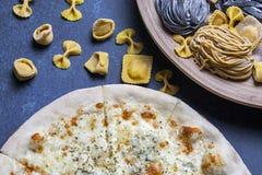 Frische klassische italienische Pizza mit Teigwaren und Tischbesteck, Draufsicht, flache Lage Lizenzfreie Stockbilder