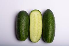 Frische kleine grüne Gurken ganz und nah herauf Kopienraum geschnitten Stockfoto