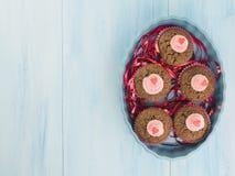 Frische kleine Kuchen mit Sahne verziert und Band stockbilder