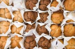 Frische kleine Muffins in den Reihen Lizenzfreies Stockfoto