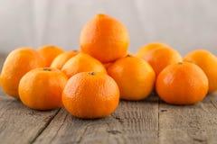 Frische Klementinen auf einem Holzfuß Lizenzfreie Stockfotos