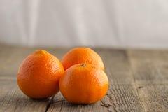 Frische Klementinen auf einem Holztisch Lizenzfreies Stockbild