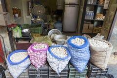 Frische Knoblauchzehen im Markt Lizenzfreies Stockfoto