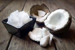 Frische Kokosnüsse und Kokosnussöl stockfotografie