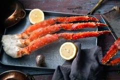 Frische Krabbengreifer auf hölzernem Hintergrund der Weinlese Stockfoto