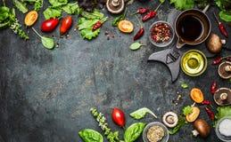 Frische köstliche Bestandteile für das gesunde Kochen oder Salat, der auf rustikalem Hintergrund, Draufsicht, Fahne macht Stockfoto