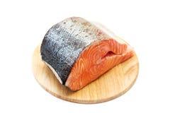 Frische Lachse auf einem runden Ausschnittvorstand Stockfoto