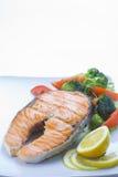 Frische Lachse gekocht mit Salat Lizenzfreie Stockfotos