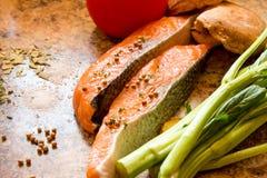 Frische Lachse mit Gemüse Stockbild