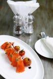 Frische Lachse mit Kirschtomaten lizenzfreie stockfotos