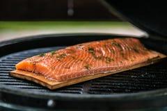 Frische Lachsfilets, die auf Grill gekocht werden lizenzfreies stockfoto