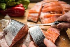 Frische Lachsfische des Ausschnitts für Abendessen Stockfoto