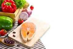 Frische Lachsfische mit Gemüse für das Kochen des Steaks lizenzfreies stockfoto
