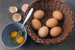 Frische Landeier Eier in einem Weidenkorb Stockfotografie