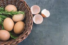 Frische Landeier Eier in einem Weidenkorb Lizenzfreie Stockfotografie