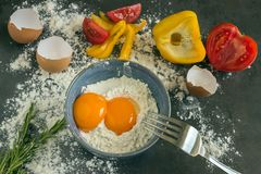 Frische Landeier Eigelbe von Eiern in einer blauen keramischen Schüssel koch Lizenzfreies Stockfoto