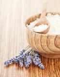 Frische Lavendelblumen und hölzerne Schüssel mit Salz lizenzfreie stockbilder