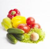 Frische Lebensmittelgeschäfte auf weißem Hintergrund Lizenzfreies Stockbild