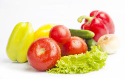 Frische Lebensmittelgeschäfte auf weißem Hintergrund Lizenzfreie Stockbilder