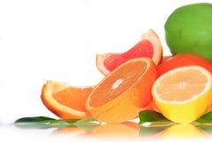 Frische lemonds, Apfel und Orangen Stockfoto