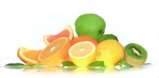 Frische lemonds, Kiwi, Apfel und Orangen Lizenzfreie Stockfotos