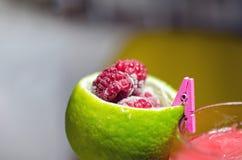 Frische Limonade auf lokalisiertem Hintergrund Stockbilder