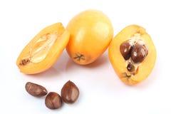 Frische Loquatfrucht (Eriobotrya japonica) und ein Schnitt einer Stockfotografie
