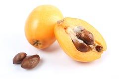 Frische Loquatfrucht (Eriobotrya japonica) und ein Schnitt einer Lizenzfreie Stockfotos