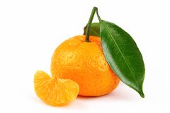 Frische Mandarine mit Scheibe und Blatt lokalisierte weißen Hintergrund stockbilder