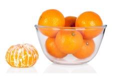 Frische Mandarinen und abgezogene Mandarine auf weißem backgrou Stockfoto