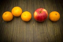 Frische Mandarinen und ein Apfel füllten mit Vitaminen Lizenzfreies Stockbild