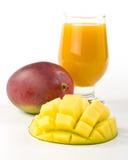 Frische Mangofrucht und Glas Mangofruchtsaft Lizenzfreies Stockbild