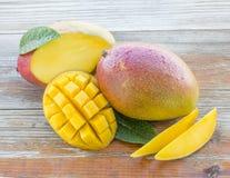 Frische Mangos auf einem rustikalen Hintergrund Lizenzfreies Stockbild