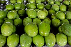 Frische Mangos an einem Fruchtstall Stockbild
