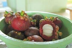 Frische Mangostanfrucht im Korb Thailand Lizenzfreie Stockbilder