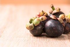Frische Mangostanfruchtfrucht auf hölzerner Tabelle Stockfotografie