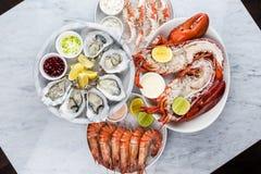 Frische Meeresfrüchteservierplatte mit Hummer, Miesmuscheln und Austern Lizenzfreie Stockfotografie