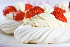 Frische Meringe mit starker Sahne und stawberries Stockfoto