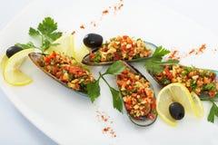 Frische Miesmuscheln mit gebratenem Knoblauchsalat und -gurke Stockfotografie