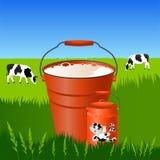 Frische Milch in einem Eimer und in den Dosen Stockbild