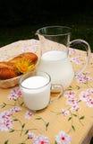 Frische Milch und Brot Stockbild