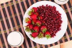 Frische Milch und Erdbeere auf Holz Lizenzfreies Stockbild