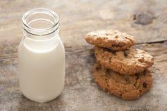 Frische Milch und Plätzchen Stockfotografie