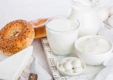 Frische Milchprodukte in der Weinleseholzkiste auf weißem Tabellenhintergrund Glas und Glas Milch, Schüssel Sauerrahm und Käse fr stockfoto