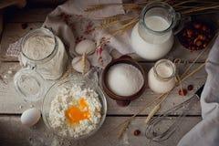 Frische Milchprodukte: melken Sie, Hüttenkäse, Sauerrahm und Weizen Lizenzfreies Stockbild