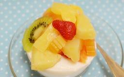 Frische Milchtofu-Mischungsfrucht stockfotografie