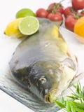 Frische Minnowfische mit Tomate und Zitrone Lizenzfreie Stockfotos