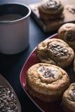Frische Muffins, Schale Milch und Mischsamen auf Tabelle lizenzfreies stockbild
