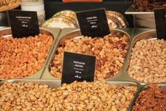 Frische Nüsse auf einem Marktstall Stockfoto